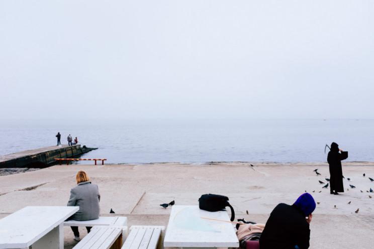 На одеському пляжі жінка з косою годувал…