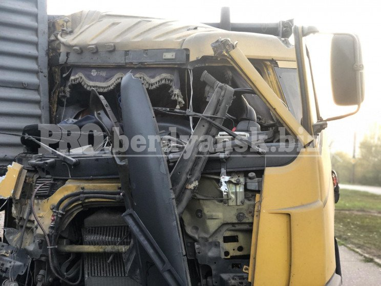 У Бердянську під час ДТП у вантажівки ро…
