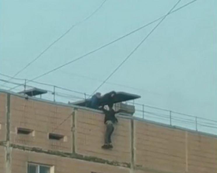 Дівчина, що бовталася на даху запорізько…
