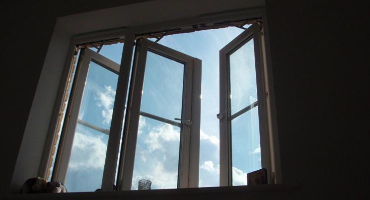 На Одещині з вікна на другому поверсі лі…