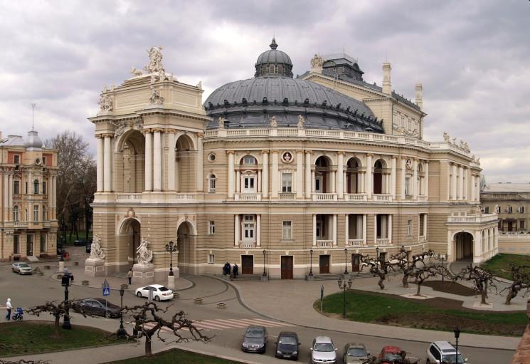 Территорию возле Оперного театра приведу…