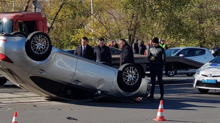 В Днепре на крышу перевернулся Lexus про…