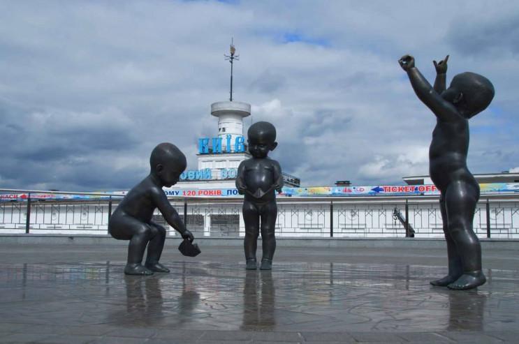 Вандали роздягли скульптури малюків на с…
