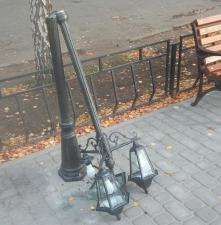 На Запоріжжі вандали зламали навпіл стов…