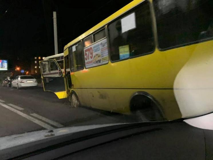 У центрі Львова маршрутка загубила колес…