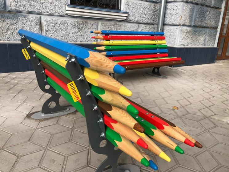 У Миколаєві зробили лавки з олівців…