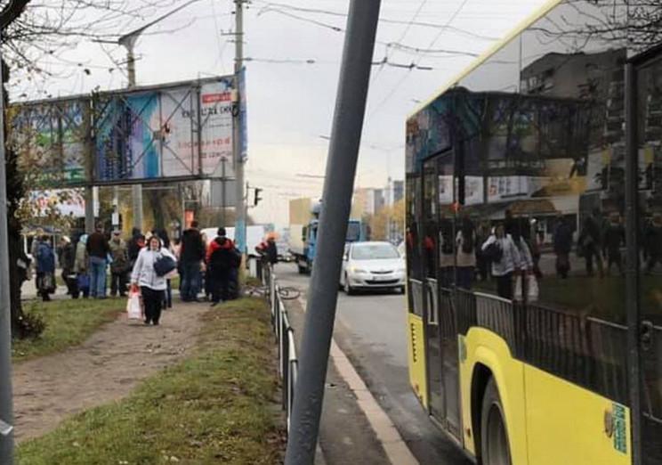 Автобус збив пішохода на переході у Льво…