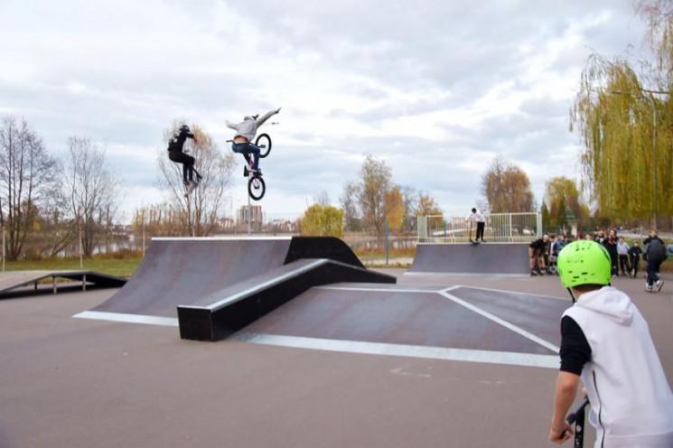 У Франківську біля озера відкрили скейт-…