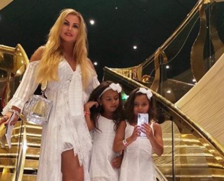 Камалія зняла у відео своїх близнючок і…