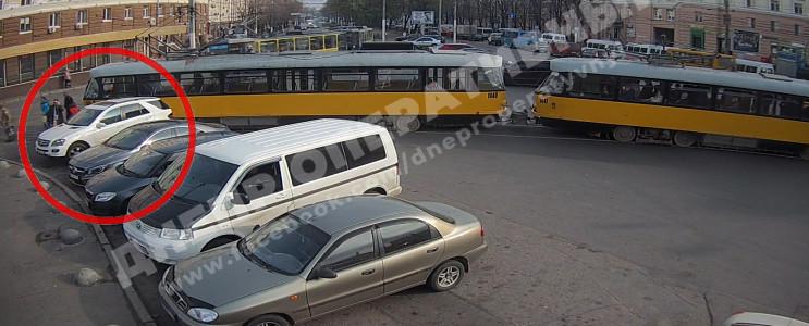 У Дніпрі водійка заблокувала проїзд трам…