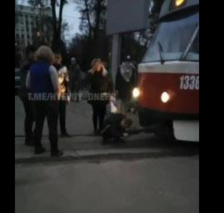 У Дніпрі чоловік вчепився у трамвай та н…