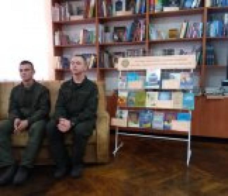 В Ужгородській бібліотеці військові чита…