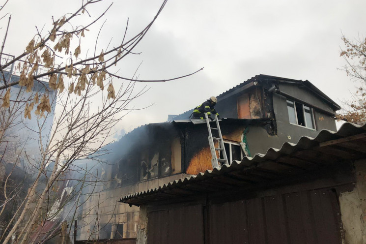 У Харкові палає двоповерховий житловий д…