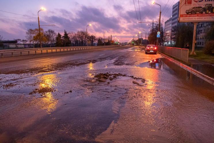 На набережной в Днепре вода пробила доро…