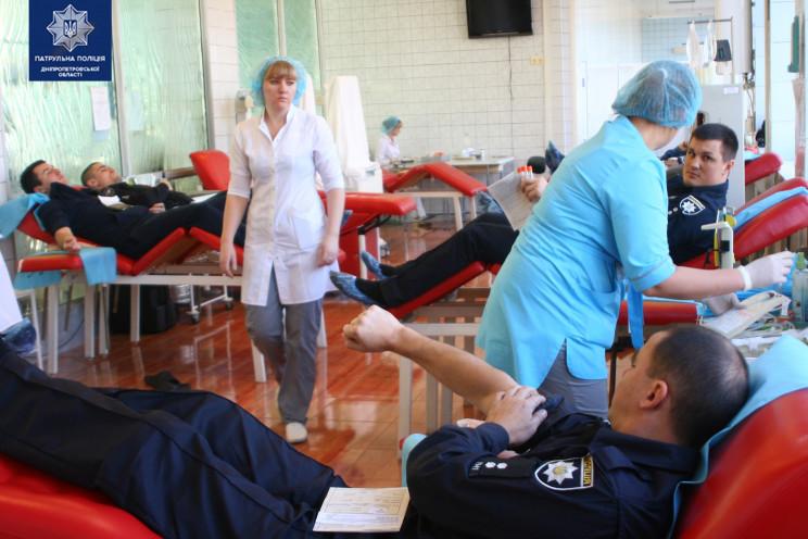 У Дніпрі поліцейські здавали кров для по…