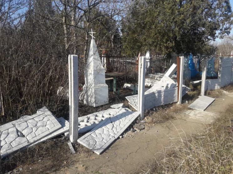 В Бердянске вандалы разгромили кладбище…