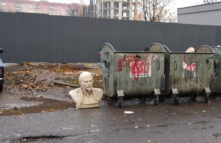 Декомунізували: В Ужгороді на смітник ви…