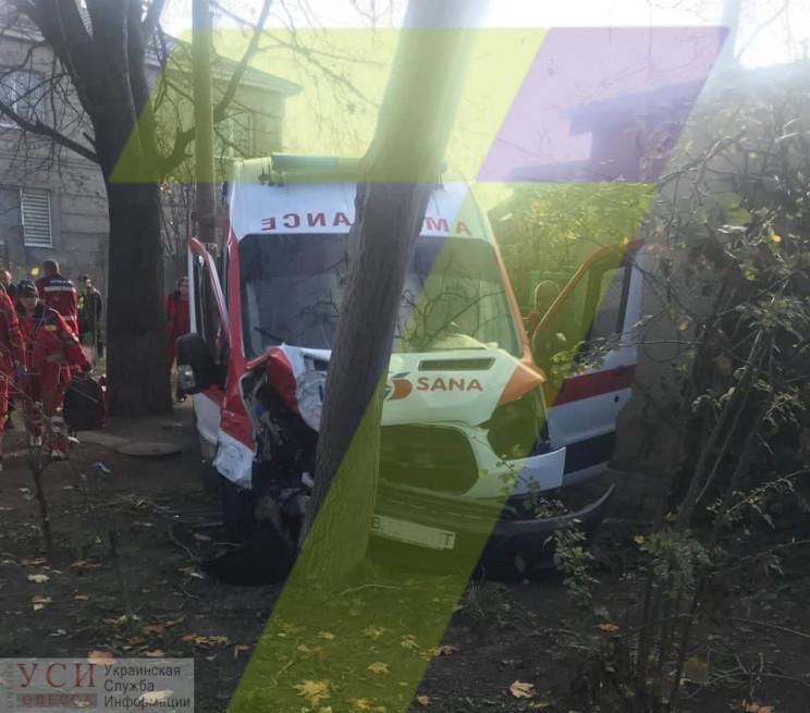 """Автомобіль """"швидкої"""" розбився на Фонтані…"""