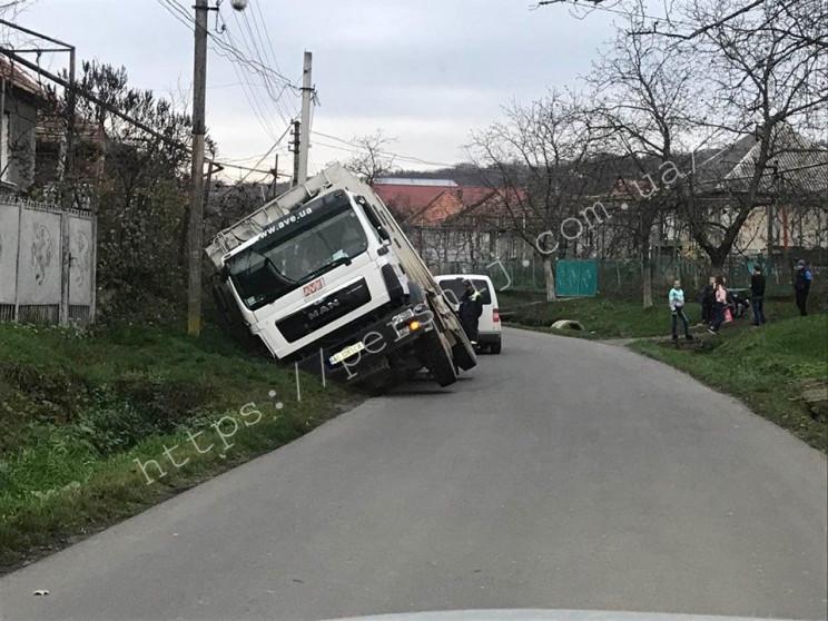 На Мукачівщині сміттєвоз перекинувся у к…