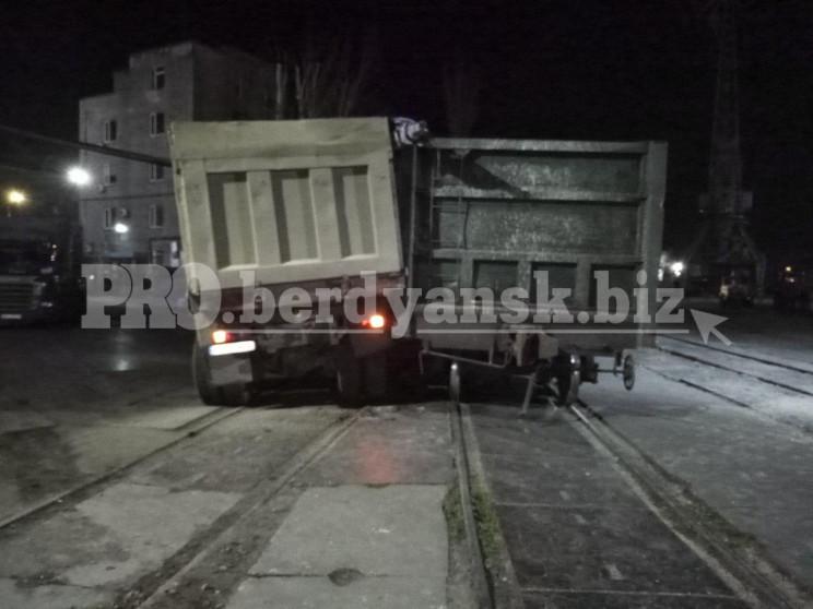 У Бердянську потяг протаранив вантажівку…