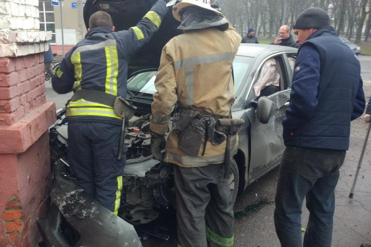 Зіткнення авто в Харкові: Рятувальники в…