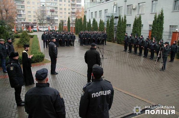 У Хмельницькому поліцейські-новобранці п…