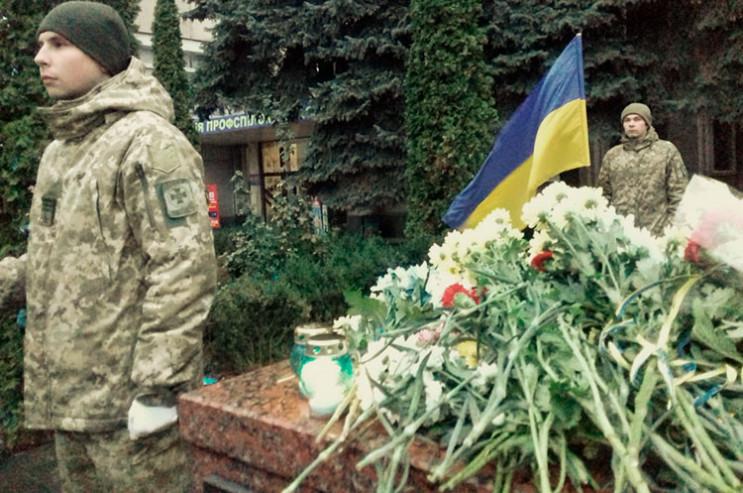 Біля меморіалу Героям Небесної Сотні хме…