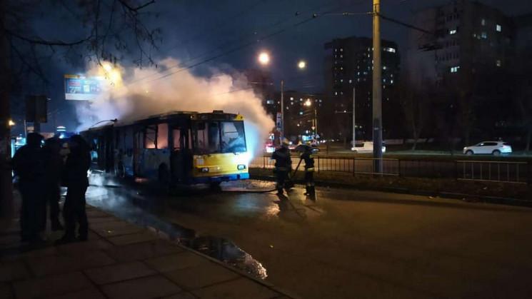 У Львові згорів тролейбус (ФОТО, ВІДЕО)…