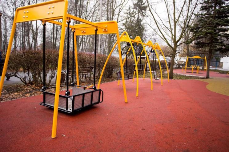 Будівництво дитмайданчиків у парках Хмел…
