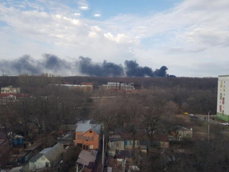 Стовп чорного диму видно за кілька кілом…