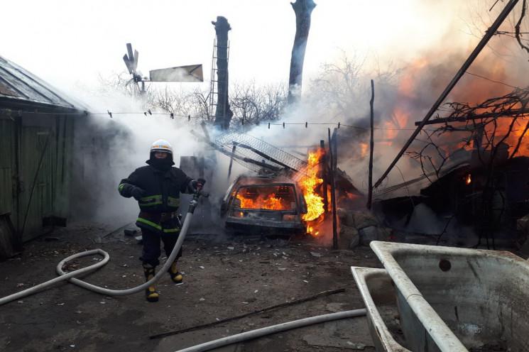 На Харківщині вогонь знищив будівлю та д…