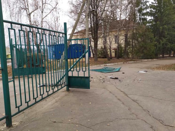 У Чугуєві невідоме авто знесло ворота у…