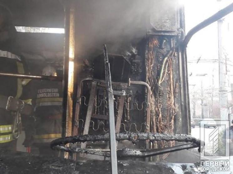У Кривому Розі згорів тролейбус…