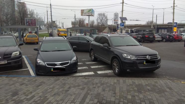У Дніпрі одразу дві автівки запаркувалис…