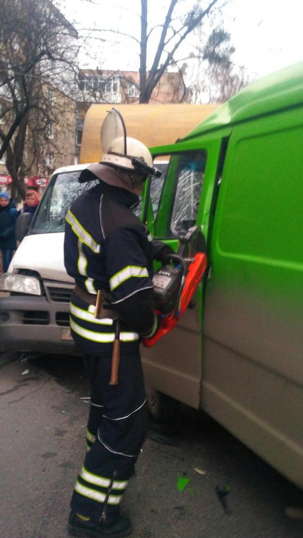 Після ДТП у Вінниці рятувальники дістава…