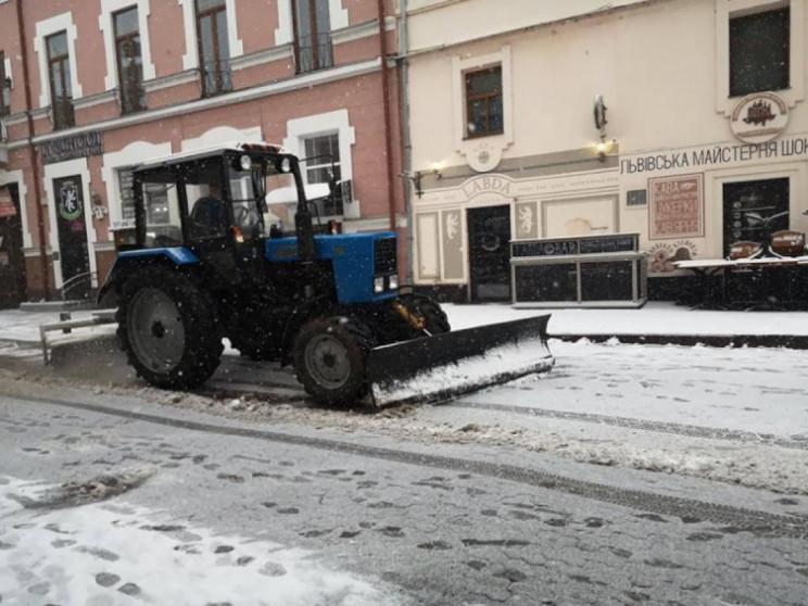 Ужгородські дороги і тротуари посипають…