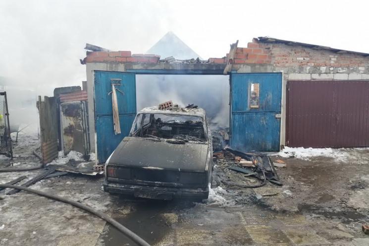 На Харківщині разом з гаражем згоріло ав…