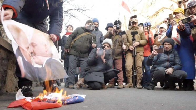 Сожгли Путина и Лукашенко: В Киеве прове…