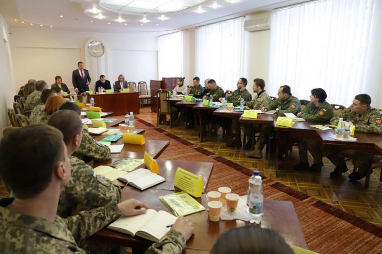 Канадійці разом з українськими армійцями…