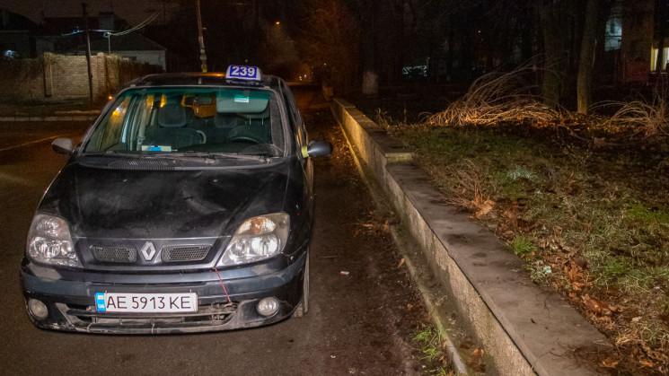 Посеред дороги у Дніпрі стояло таксі із…