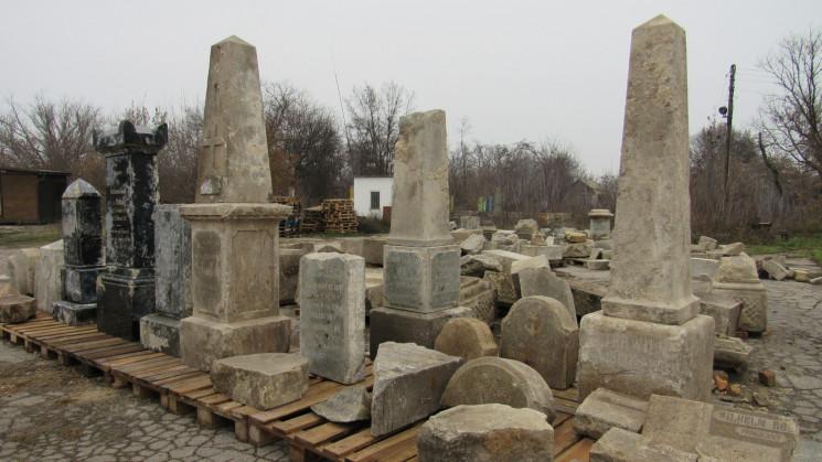 Меморіал із трьох сотень надгробків: У З…