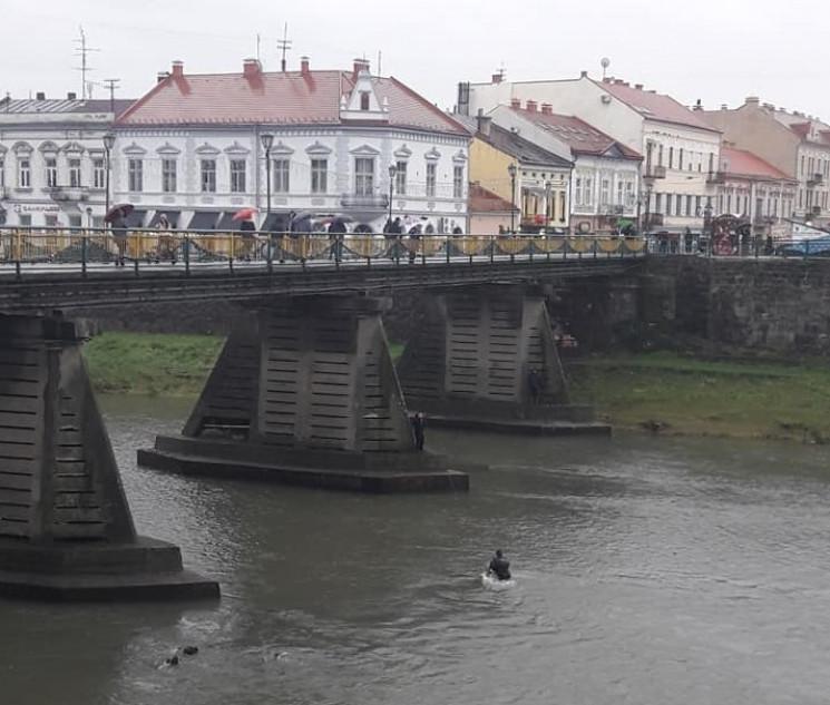 В Ужгороде опоры пешеходного моста освоб…