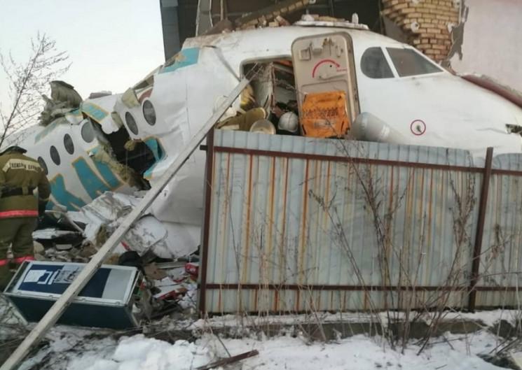 У Казахстані пасажирський літак врізався…