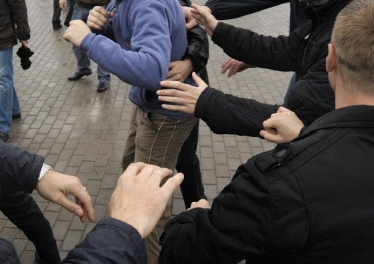 В Днепре подростки устроили массовую дра…
