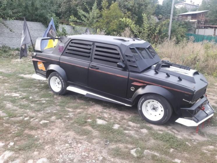 У Дніпрі зі старого радянського авто зро…