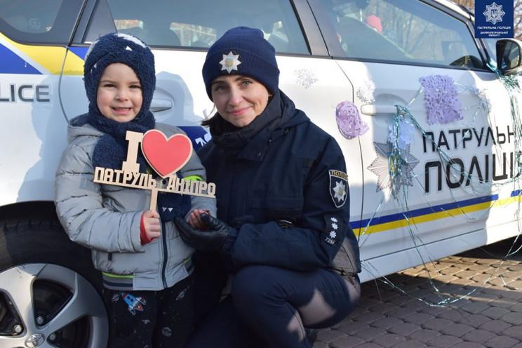 У центрі Дніпра патрульну машину обліпил…