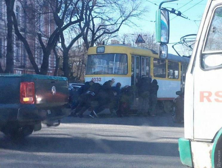 В Одесі пасажири були змушені штовхати т…