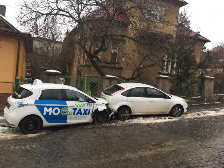 """Льодяні вулиці: Як """"цілуються"""" машини в…"""