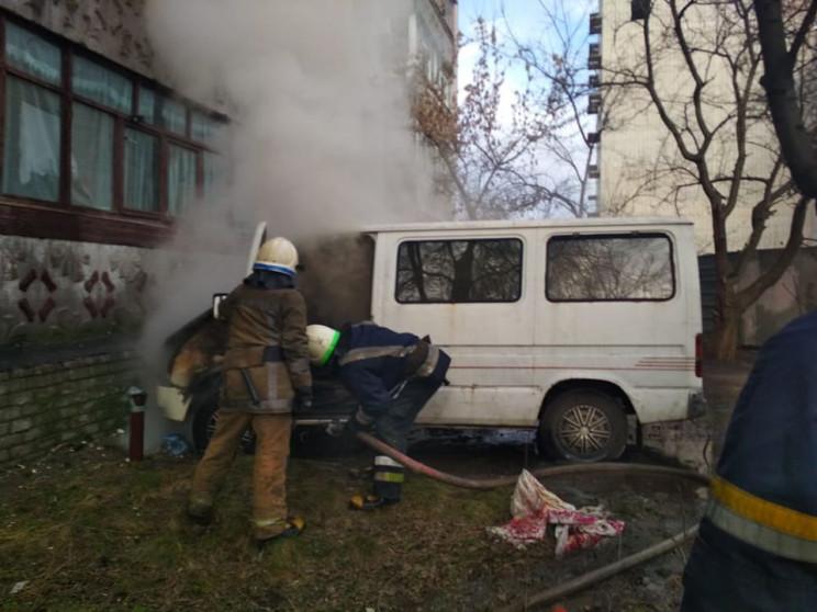 В Павлограде сгорел припаркованный под б…