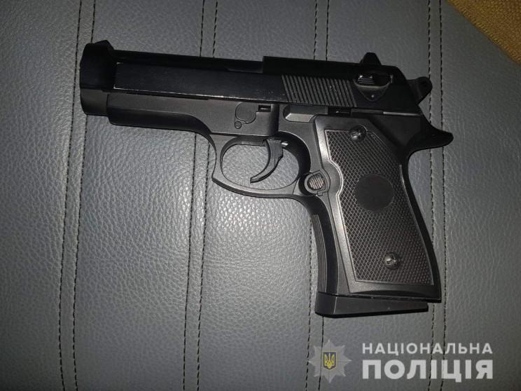 У Миколаєві на вулиці виявили двох озбро…